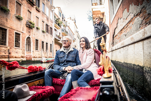 Türaufkleber Gondeln Couple sailing on venetian gondola