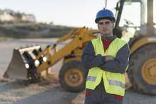 Trabajador Posa Cerca De Excav...
