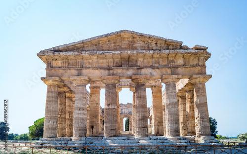 Plakat Klasyczna grecka świątynia przy ruinami antyczny miasto Paestum, Włochy