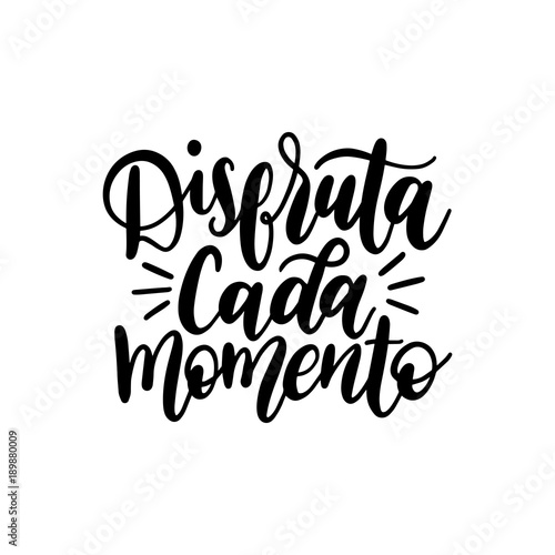Foto  Disfruta Cada Momento translated from spanish Enjoy Every Moment vector handwritten phrase on white background