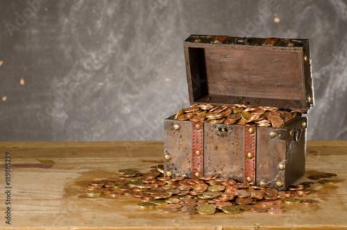Fototapeta Schatztruhe  Euromünzen