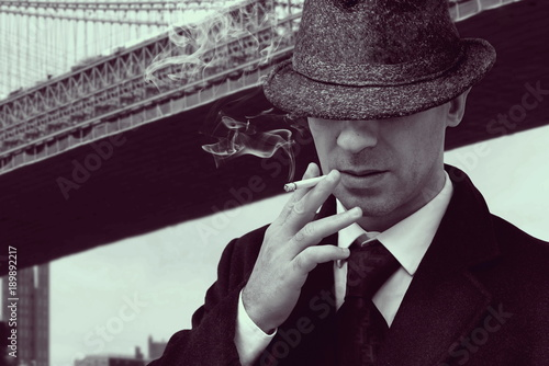 Fotografia  vintage elegant mafia gangster walking under new york bridge