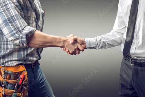 Fotomural  handshake between architect and contractor