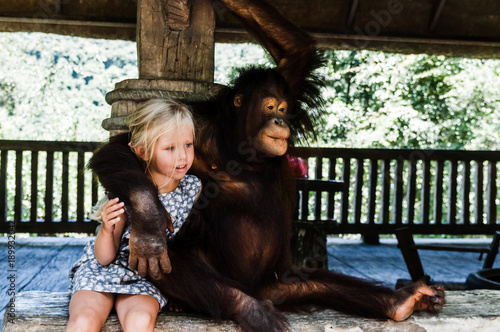 Foto op Plexiglas Aap blond girl hugging a big monkey
