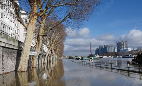 Photo Stands Paris inondation de la Seine sur la voie express George Pompidou