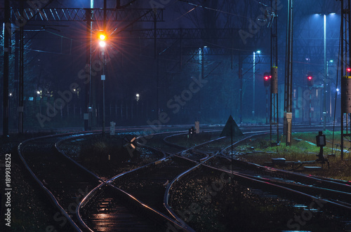 Foto auf AluDibond Bahnhof RAYLWAY TRANSPORT - Infrastructure of the railway station at night