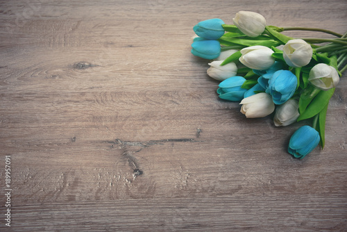 Fotografia  bouquet of tulips on a wooden background