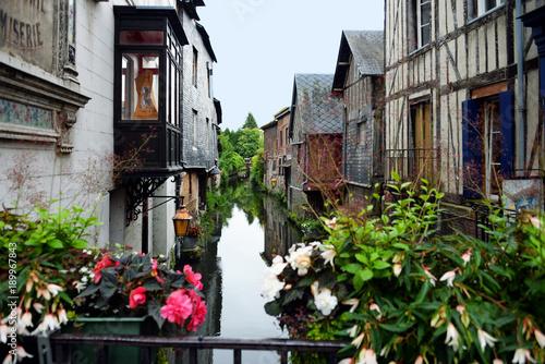 La pose en embrasure Ponts romantische altes Fachwerk am Kanal in Pont-Audemer