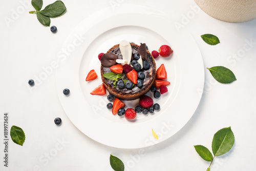 La pose en embrasure Dessert dessert masterpiece sweet cake confectionery concept. chocolate tiramisu with berries. photo for restaurant menu.