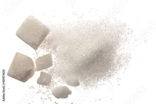 Obraz na płótnie Heap of granulated sugar with cube isolated on white background
