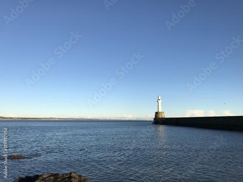 Plakat Aberdeen latarnia morska przed niebieskim niebem