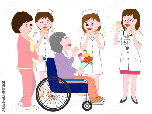 退院する車椅子の高齢者の患者を見送る医者と看護師 Tapéta, Fotótapéta