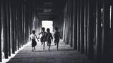 Dzieci biega w starej świątyni, Salay Bagan Myanmar - 190044278