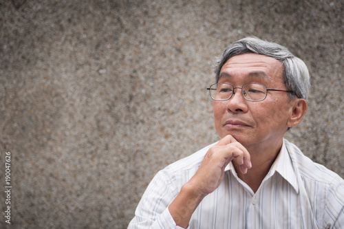 Photo thoughtful old man thinking, senior planning with idea, positive retired pension