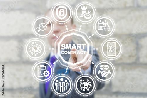 Fotografía  Businessman presses virtual button smart contract text on a touchscreen