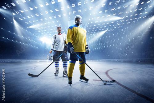 gracze-hokeja-na-lodzie-na-arenie