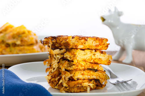 Fotografía  Stack of crispy waffle hash browns on a plate