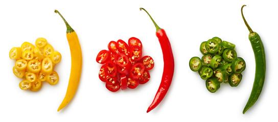 Całe i posiekane kolorowe papryki chili