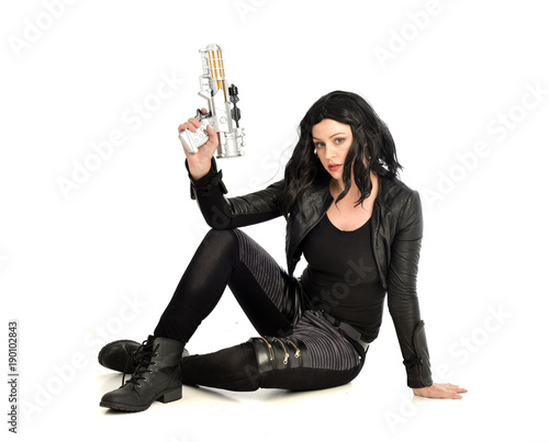 Fotografía full length portrait of black haired girl wearing leather outfit