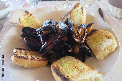 Fotografie, Obraz  piatto pepata di cozze e crostini di pane