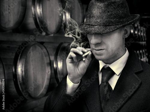 Fotografia  vintage detective in mafia warehouse