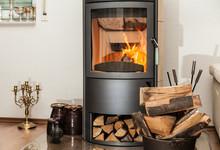 Innendekoration Mit Brennendem Kamin Und Gelagerten Holzscheiten Im Wohnzimmer