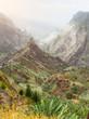 Bergspitzen im Xo-Xo Tal auf Santa Antao Insel, Kap Verde. Anbau von Zuckerrohr, Bananen, Kaffe, Mango, Guava zwischen dem Felsgestein. Bizarre Felsformationen im Sonnenschein
