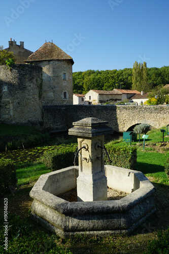 Spoed Foto op Canvas Fontaine Fontaine dans le jardin médiéval