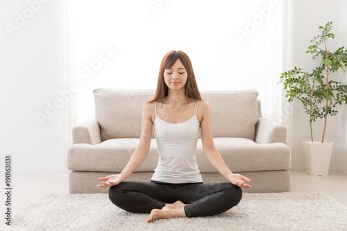 Poster Ecole de Yoga 家でエクササイズをする女性