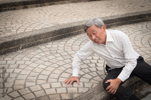 Photo  old man falling down, senior accident