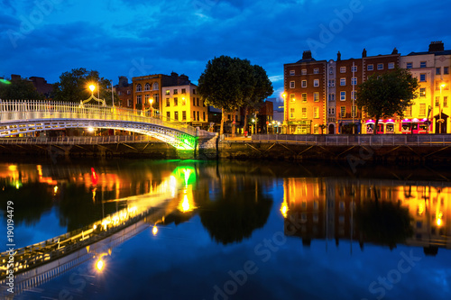 Stampe  Morning view of famous illuminated Ha Penny Bridge in Dublin, Ireland