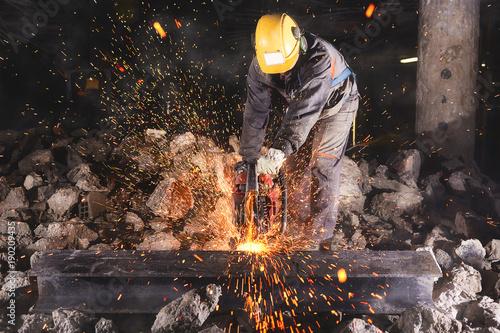 Stampa su Tela  Construction worker cutting an iron beam.