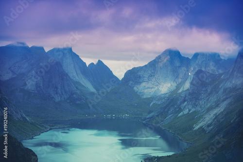 piekna-natura-przy-zmierzchu-swiatlem-widok-z-lotu-ptaka-fjord-i-gran-od-gory-reinebringen-lofoten-wyspy-norwegia