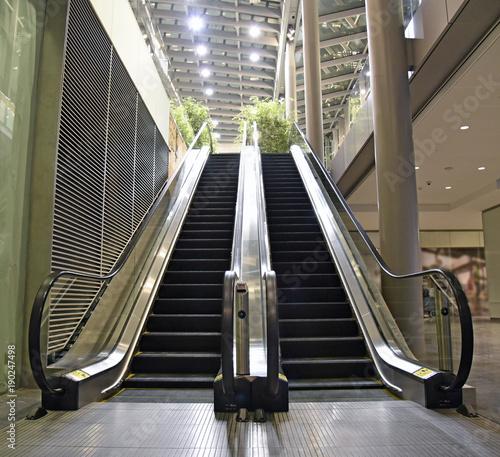 Photo Indoor escalator with view looking up