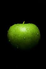 Siyah Fonda Su Damlacıklı Yeşil Elma