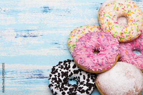 Pączki z lukrem i cukrem pudrem serwowane w Tłusty Czwartek. Miejsce na tekst