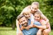 canvas print picture - Glückliche Familie in der Natur