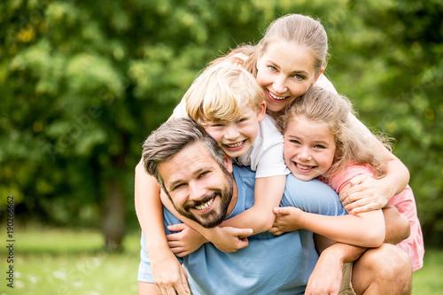 Fotografie, Tablou Glückliche Familie in der Natur