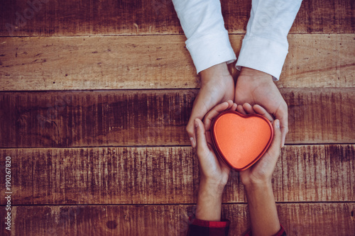 Fotografia  hand holding a red heart, valentine's day love, vintage tone