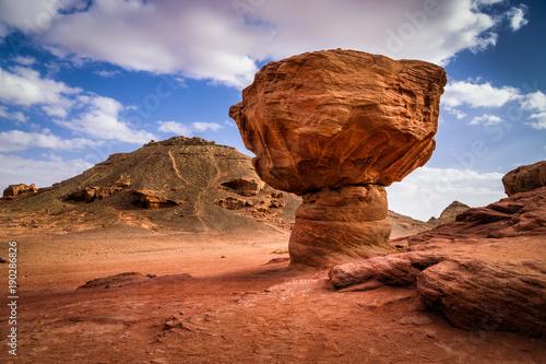 Zdjęcie XXL Skała nazwana pieczarka w kamień pustyni, Izrael
