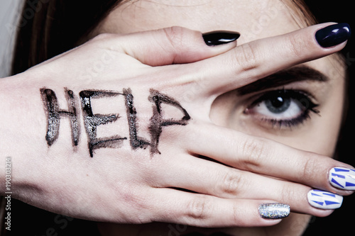 Valokuvatapetti Help me! Woman's cries for help with painted inscription on her hand