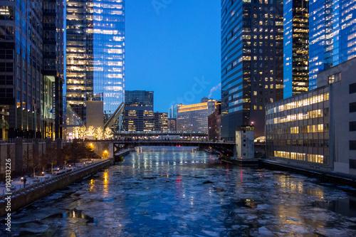 Foto op Plexiglas Chicago Chicago bridge over icy river in winter at dusk