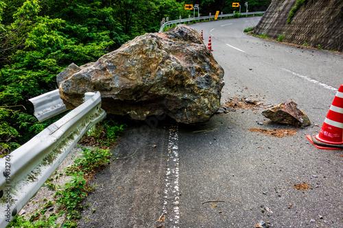 Valokuva  【山梨県】落石により通行止めになった道路
