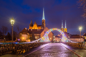Fototapeta Tumski bridge and Holy Cross church at night in Wroclaw, Silesia, Poland
