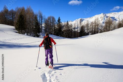 Tuinposter Alpinisme alpinista con le ciaspole sulla neve fresca - Alpi Lepontine (Svizzera)
