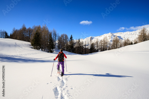 Staande foto Alpinisme alpinista con le ciaspole sulla neve fresca - Alpi Lepontine (Svizzera)