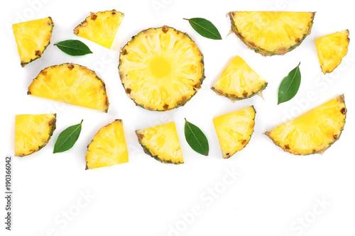 Fototapeta Ananas  plastry-ananasa-z-zielonymi-liscmi-na-bialym-tle-z-miejsca-kopiowania-tekstu