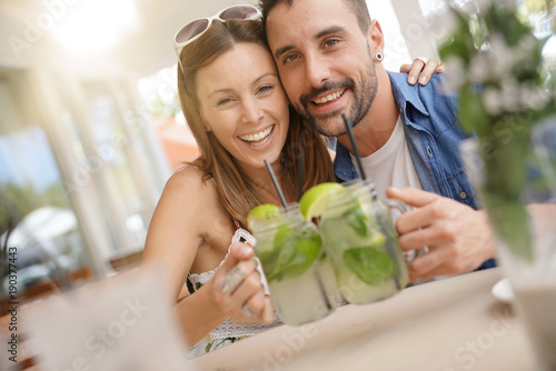 Couple of tourists drinking mojitos Poster Mural XXL