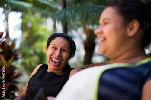 Papiers peints Attraction parc Friends housekeeper in talking and gossiping at bench park