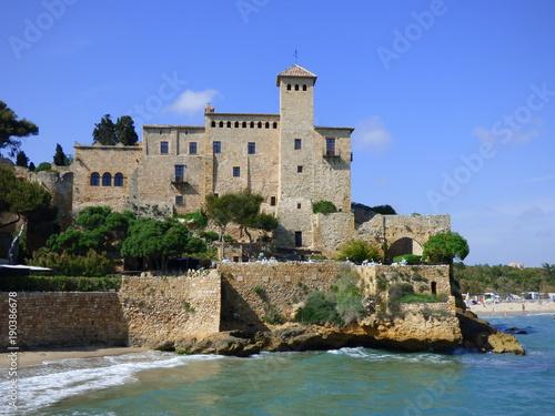 Castillo de Tamarit, pequeña aldea en zona costera junto al mar Mediterráneo en el término municipal de Tarragona (España)